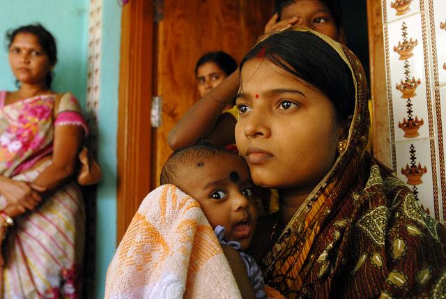 Junge Mutter mit Baby in Indien