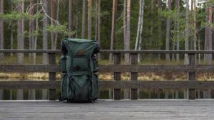 Rucksack auf Brücke im Wald