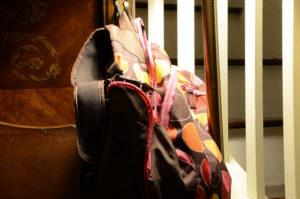 Rucksack steht an der Treppe