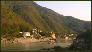 Strand am Ganges in Rishikesh