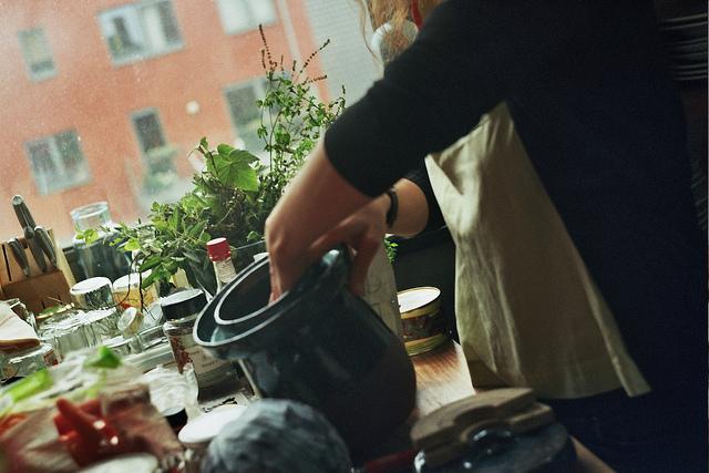 Eine Frau beim Fermentieren in der Küche