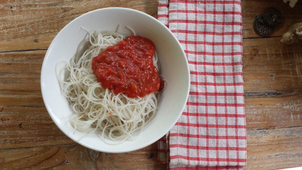 Reisnudeln mit Tomatensoße