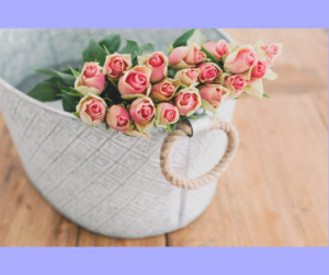 Ein Korb voller zartrosa Rosen