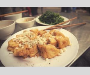 Tofu und Seealgen auf weißen Tellern serviert.