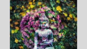 Buddha von Blumenkranz umgeben