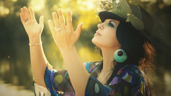 Frau erhebt Ihre Hände