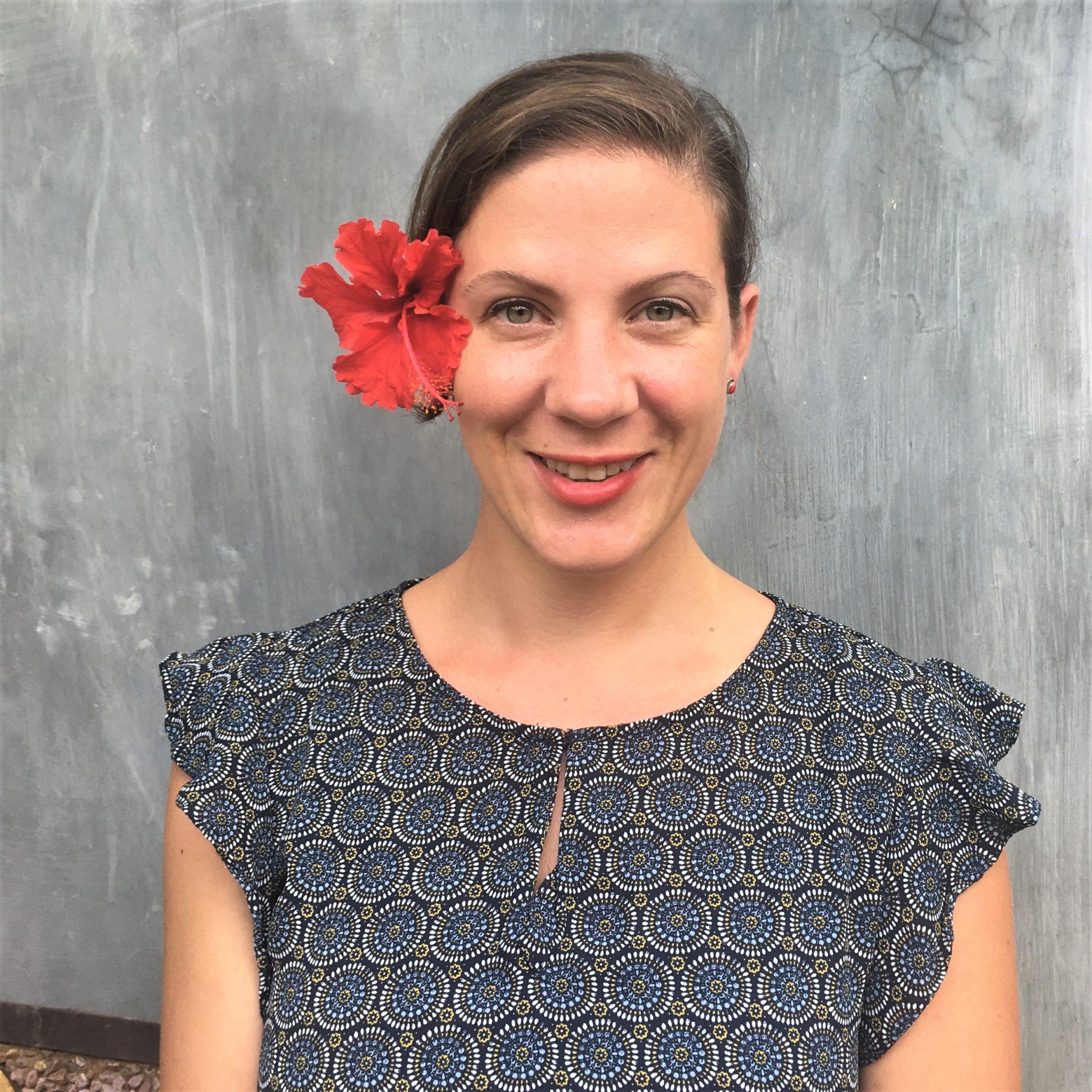 Ich mit roter Blume vor grauem Hintergrund
