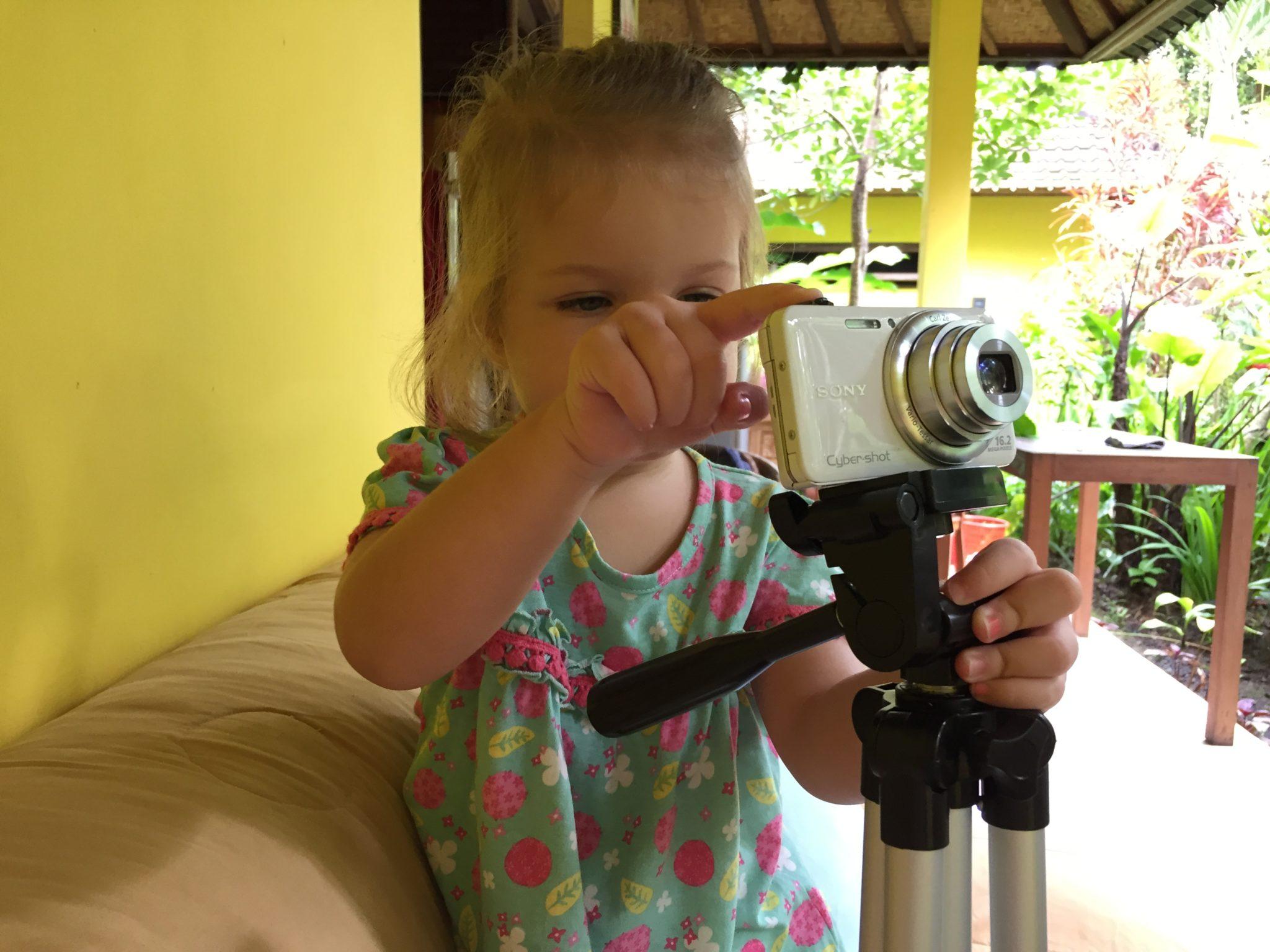 Zweijährige mit Kamera.