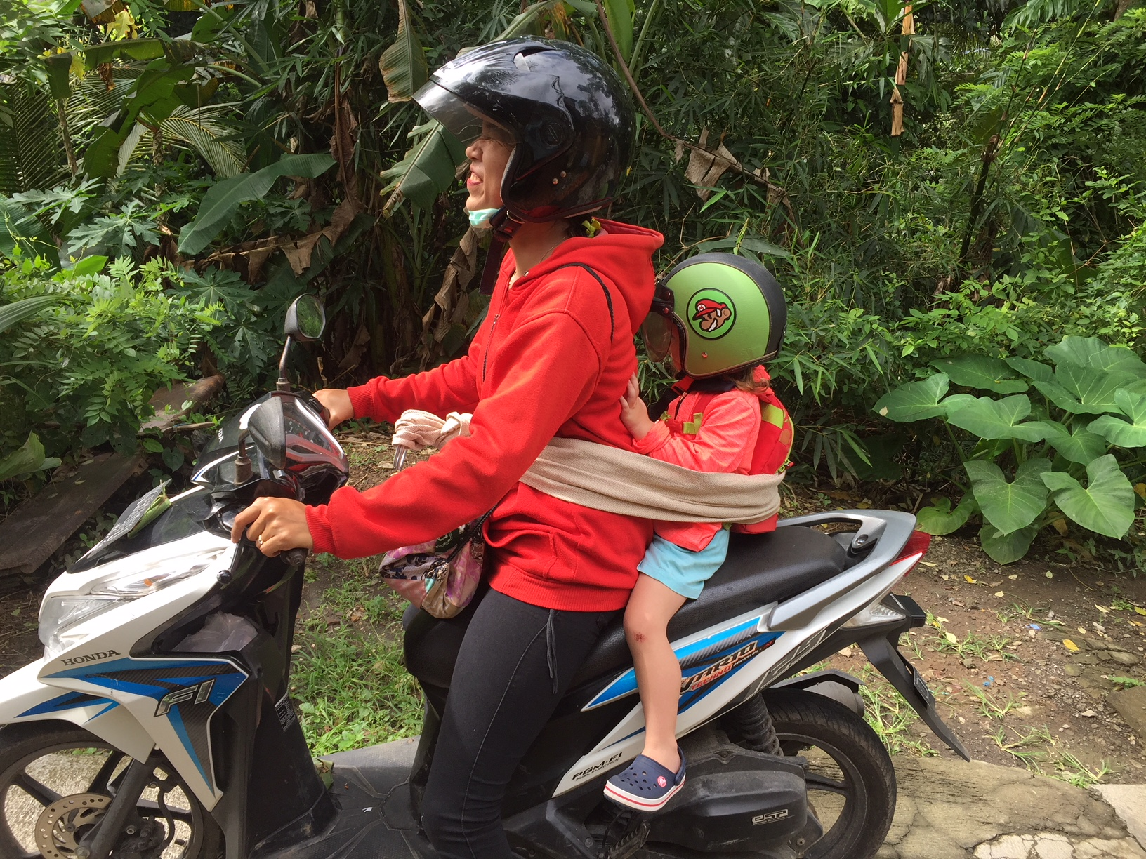 Nanny und Kind auf dem Motorroller.