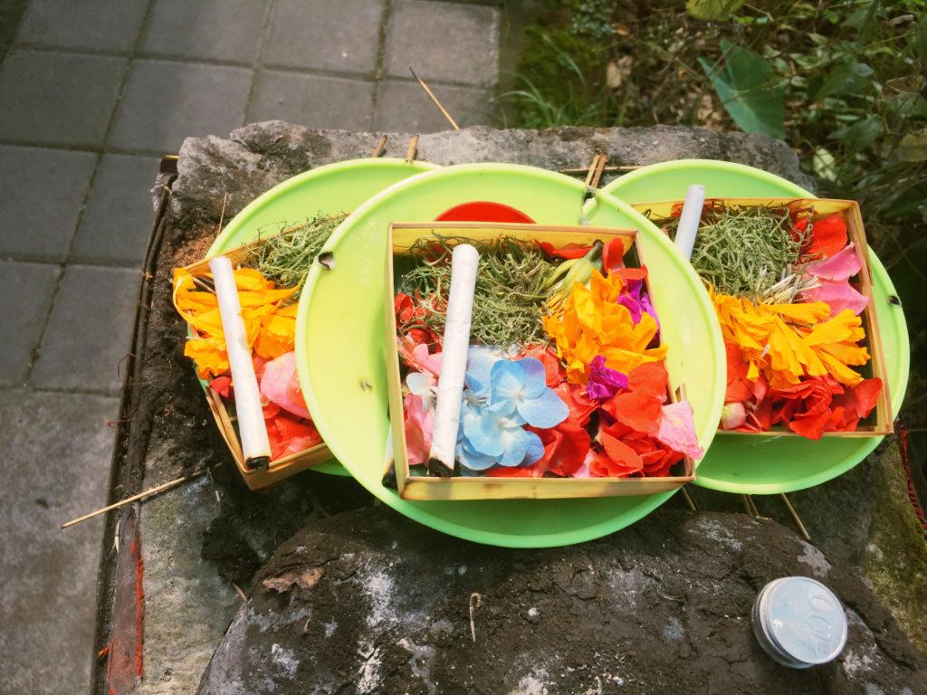 Opfergaben mit Zigaretten auf Bali